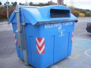 Contenedor azul para papel y cartón en la calle