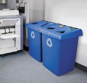 Cubo de reciclaje de papel en oficina