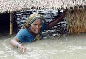 Mujer atrapada por inundación