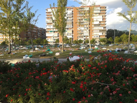 Basura en Madrid Río tras el botellón del sábado 13 de septiembre 2014