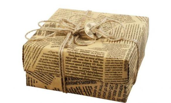Regalo de Navidad envuelto en papel de periódico