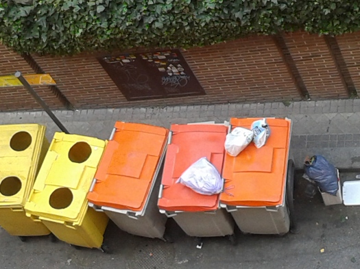 Contenedores de basura en calle madrileña