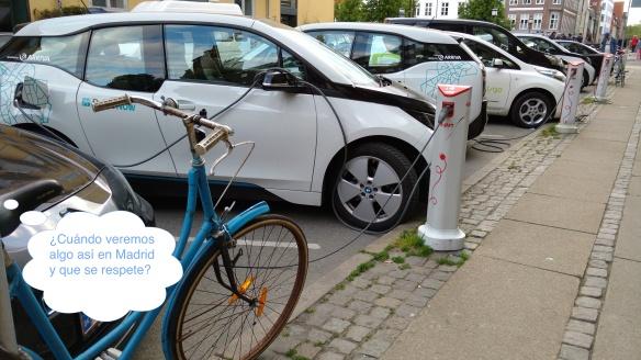Calle en Copenhague con puntos de recarga