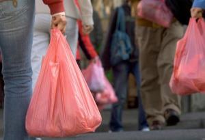 Peatones llevando bolsas de plástico